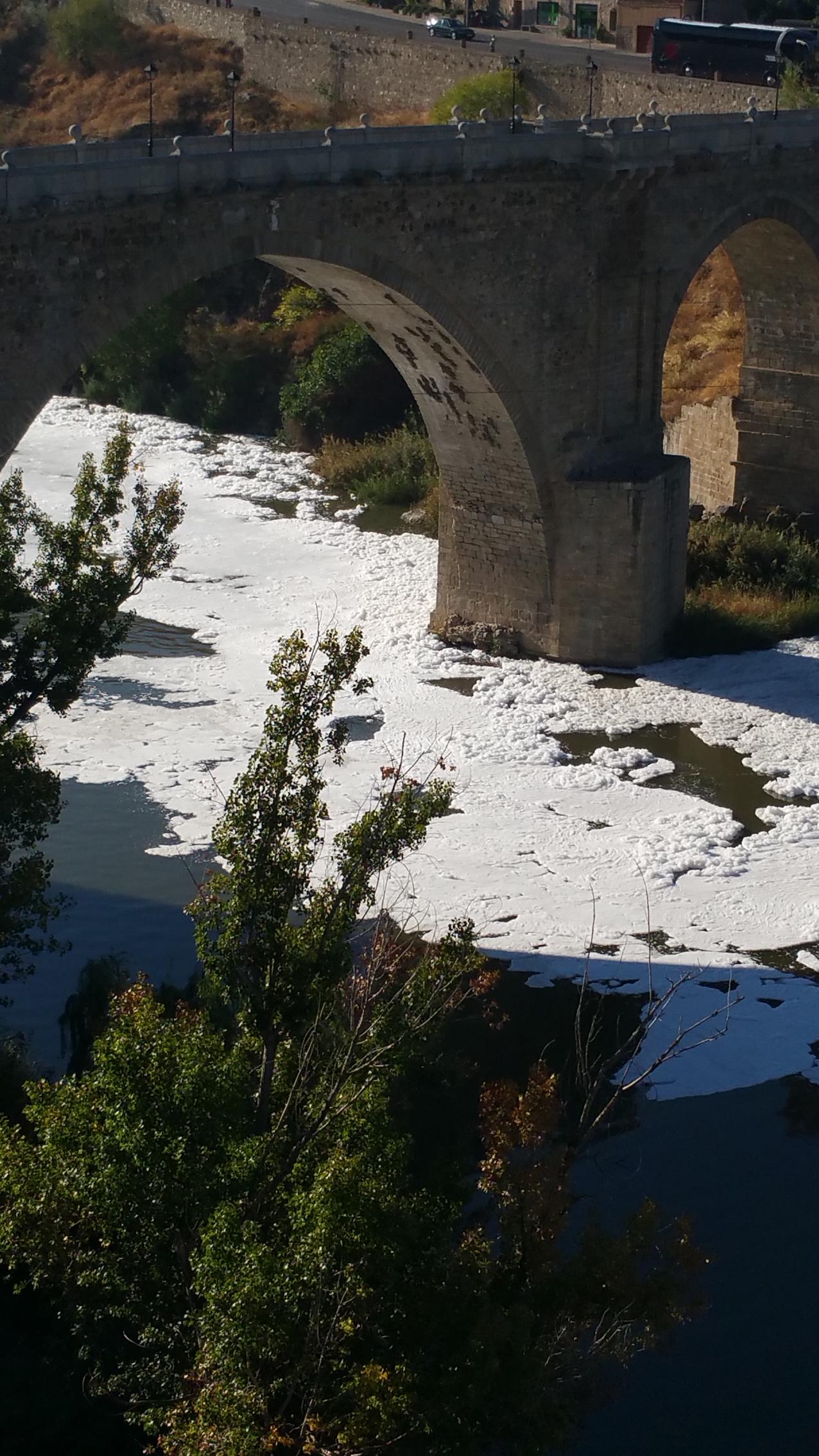 Río Tajo sucio a su paso por Toledo.