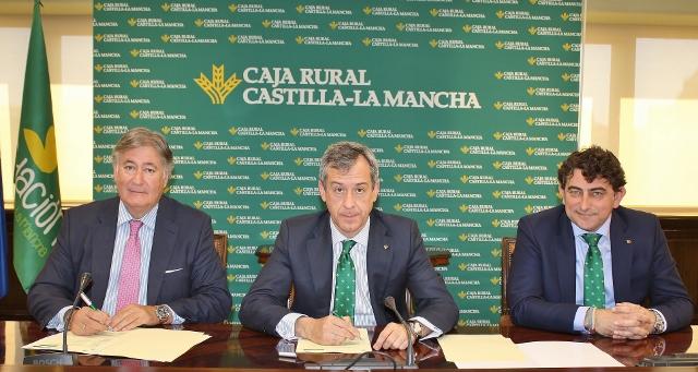 Firma del Convenio entre Caja Rural CLM y el Colegio de Veterinarios