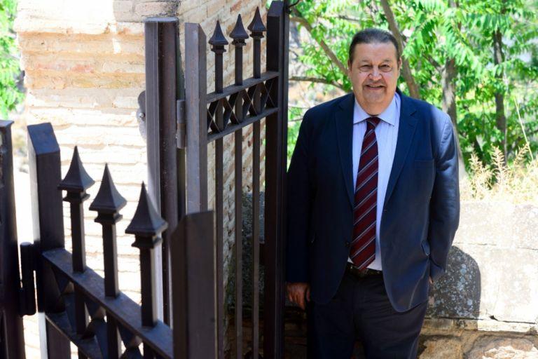 Jesús Fernández Vaquero, en las puertas de las Cortes de Castilla-La Mancha