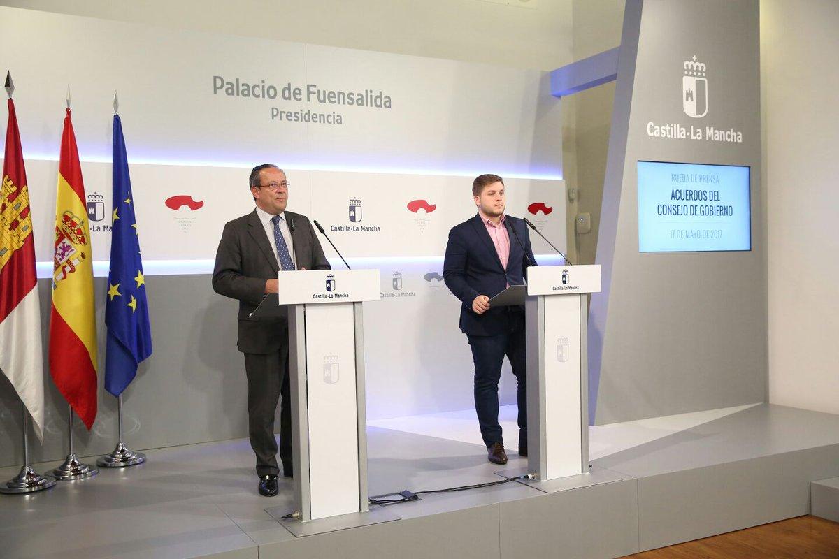 El consejero de Hacienda y Administraciones Públicas, Juan Alfonso Ruiz Molina, junto con el portavoz del Gobierno de CLM, Nacho Hernando