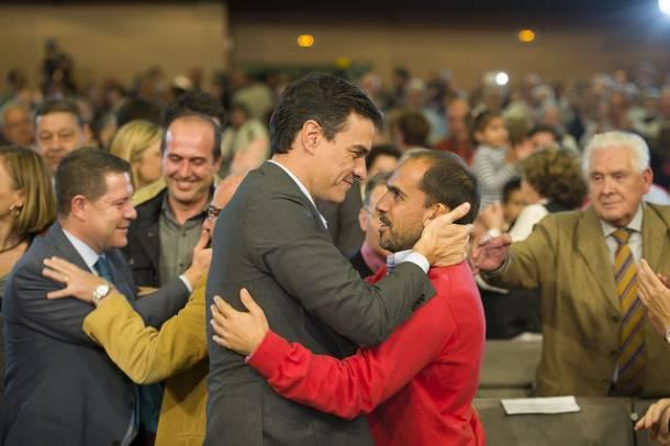 Abrazo entre Pedro Sánchez y Pablo Bellido, secretario provincial del PSOE y diputado en el Congreso.