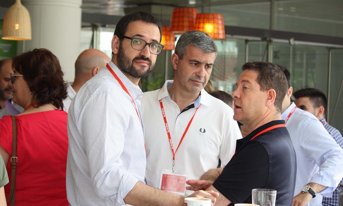 Sergio Gutiérrez (izquierda) forma parte del Comité Federal a propuesta de Pedro Sánchezentro)