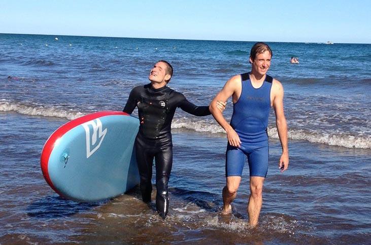 Sergio Aznárez practicando surf.