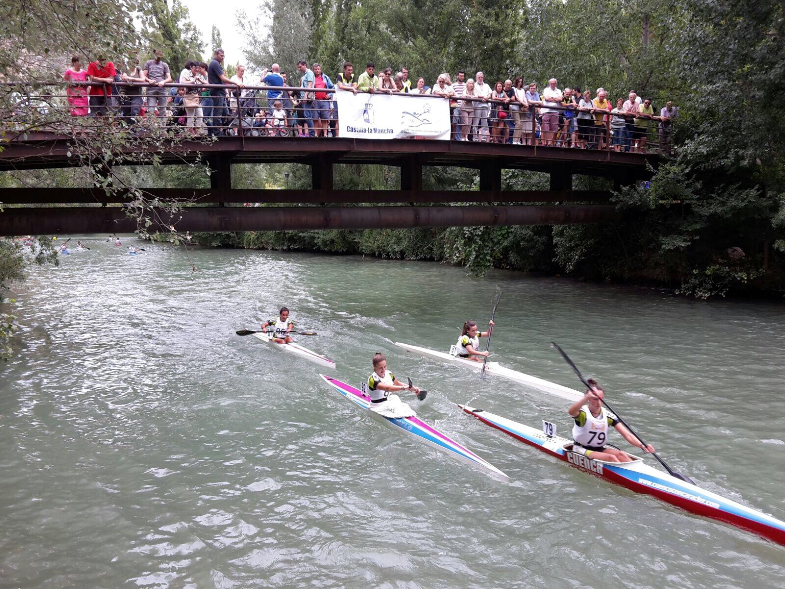 Club Piragüismo Cuenca con Carácter durante la regata Puente a Puente.