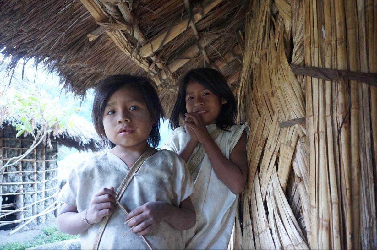 Dos jóvenes miembros de la comunidad Kogui