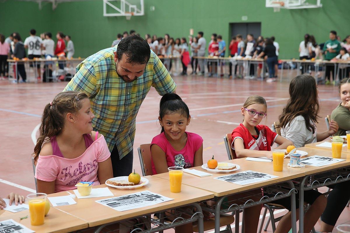 Juan Ramón Amores, con los escolares en el desayuno saludable en Toledo