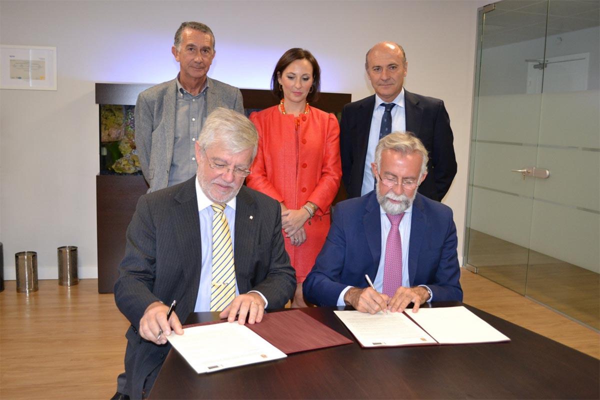 Jaime Ramos, firmando el acuerdo con la naviera MSC
