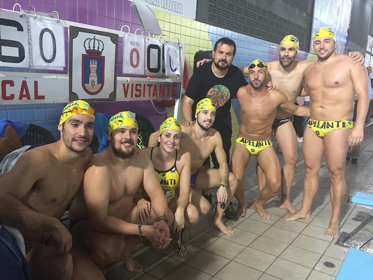 Juan Ramón Amores, con algunos nadadores participantes en el proyecto 60K