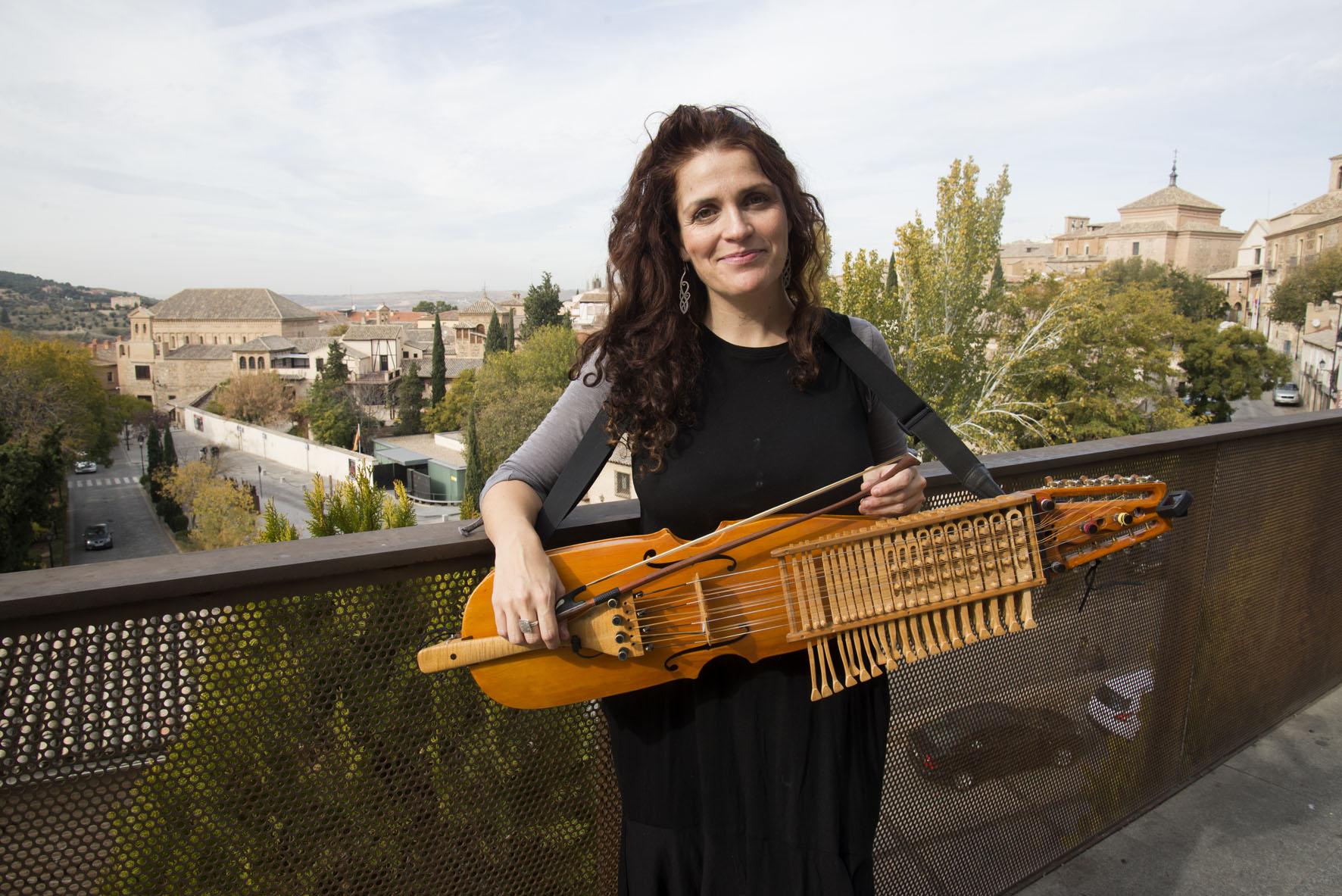 Ana Alcaide, música, posa en el Paseo de San Cristóbal, con la Judería de fondo.