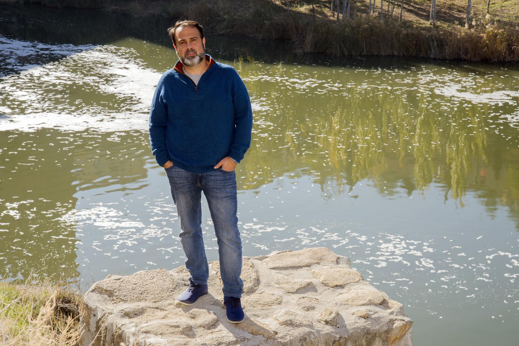 """Javier Mateo, portavoz de Ganemos en el Ayuntamiento de Toledo, habla para la guía """"En Navidad, Toledo""""."""