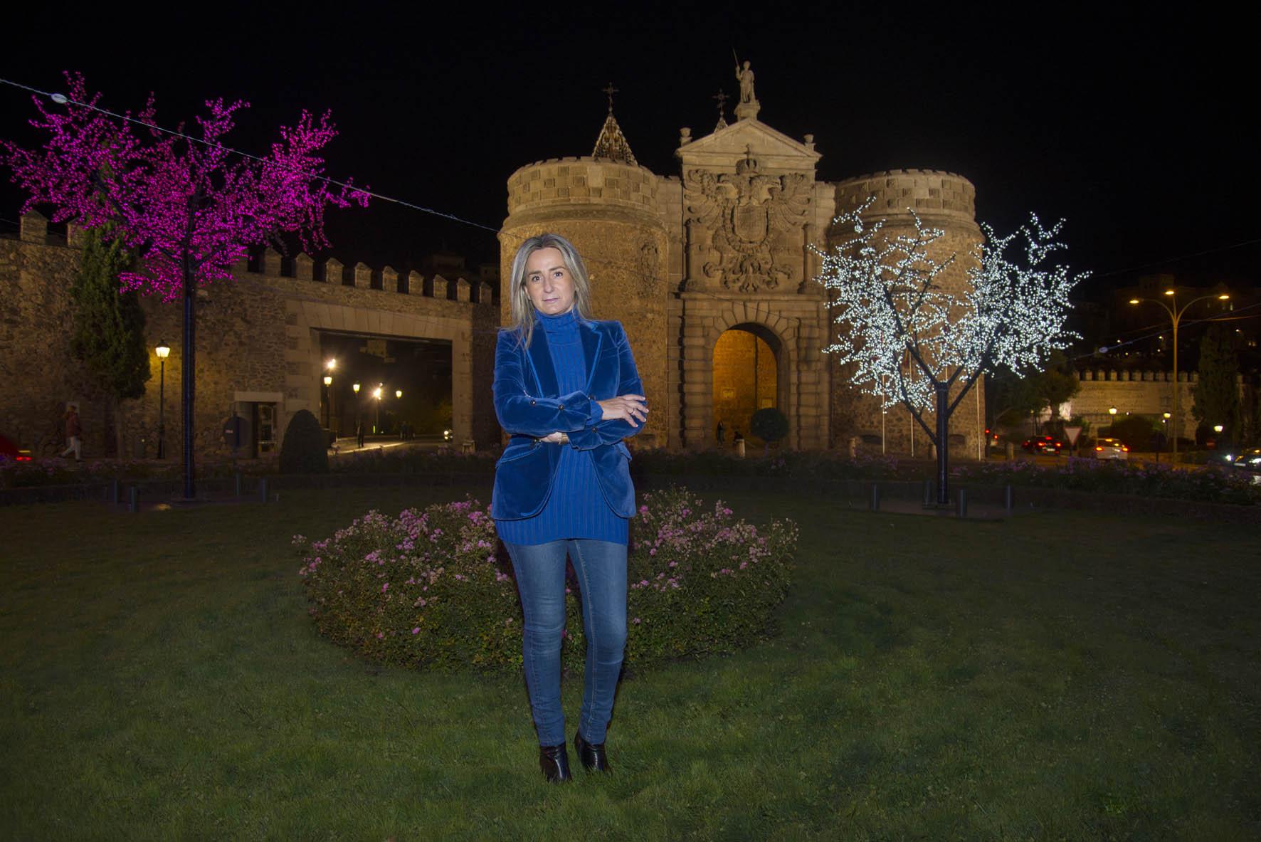 Milagros Tolón, alcaldesa de Toledo, en la Puerta de Bisagra con la iluminación navideña.
