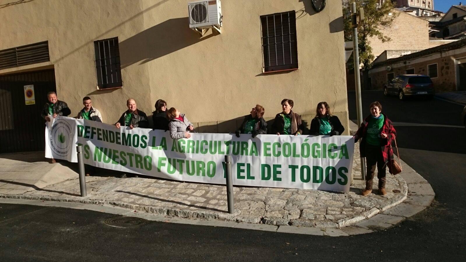 Los miembros de la Plataforma de la Agricultura Ecológica manifestándose en las Cortes. agricultores ecológicos