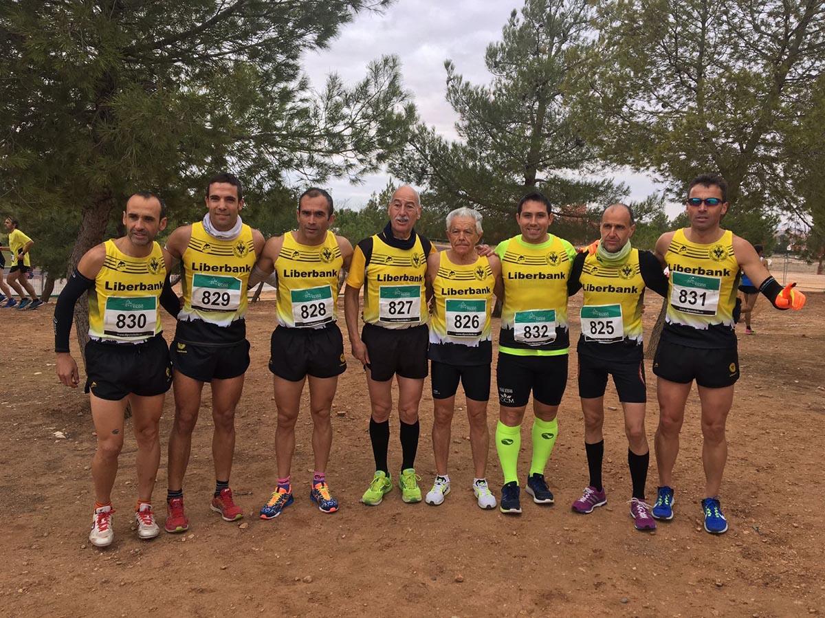 Navarro (cuarto por la izquierda) y López (quinto) son los dominadores del cross regional en veteranos
