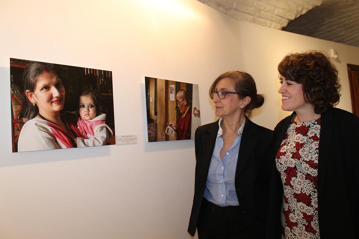 Ana Gómez, diputada de Cultura, Educación e Igualdad e Irina Moreno, autora de la exposición, en el Centro Cultural San Clemente de Toledo.