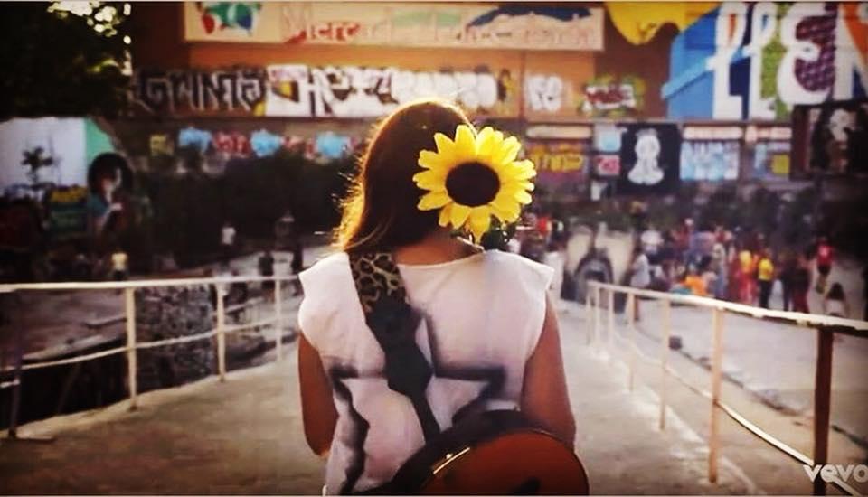"""Imagen del vídeoclip de """"Girasoles"""" con la que Rozalén acompañó su publicación de Facebook."""