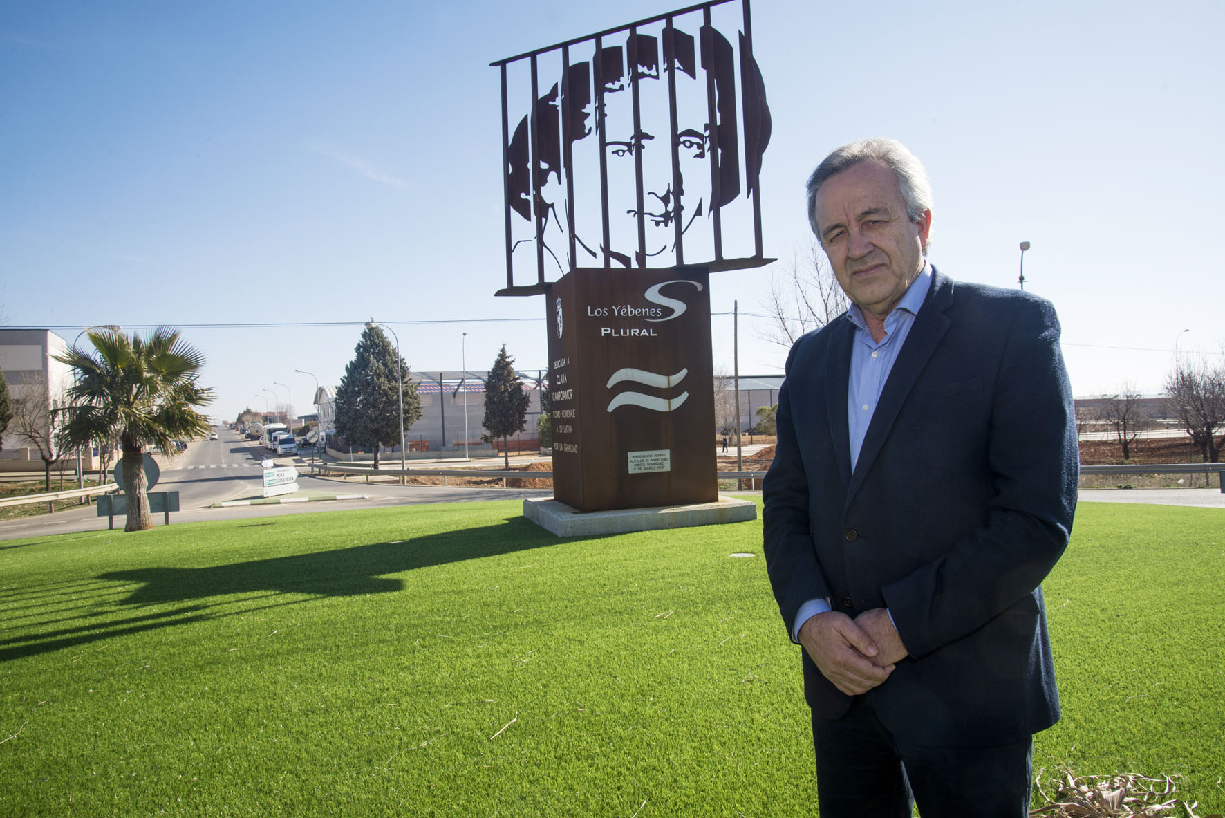 """Anastasio Priego, alcalde de Los Yébenes, posa para la guía """"En primavera, Toledo y su provincia""""."""