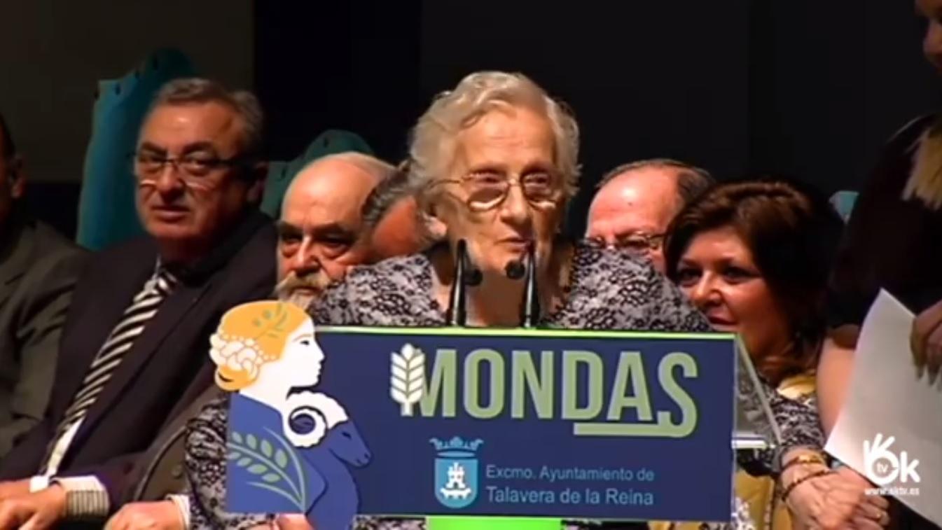 Teresa Ortiz Lasaga en el Teatro Palenque recogiendo el Premio Ciudad de Talavera.