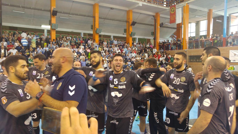 El míster Lidio Jiménez junto con sus jugadores tras lograr la victoria. Ciudad Encantada