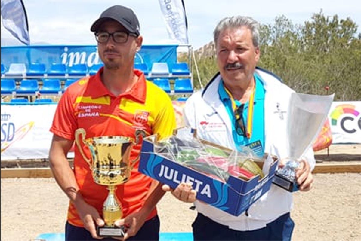 José David Fernández (izquierda) posa con su trofeo