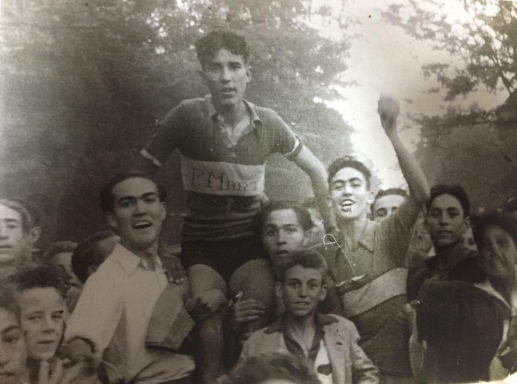 Bahamontes, a hombros tras ganar su primera prueba ciclista en Toledo.