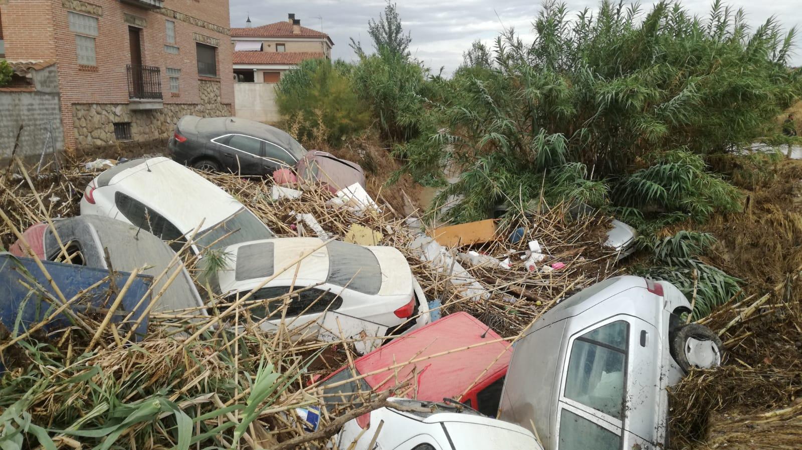 Impresionante imagen de los coches arrastrados por la lluvia en Cebolla (Toledo).