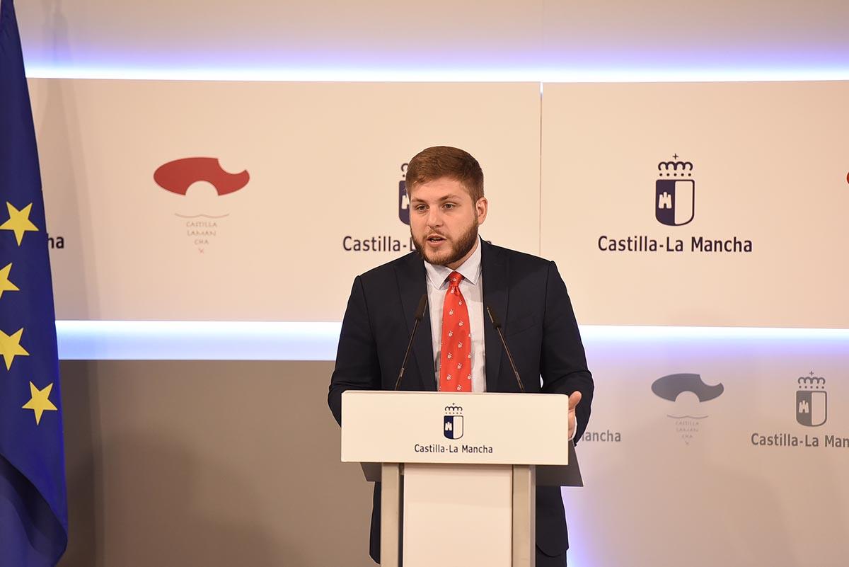 Nacho Hernando, anunciando el premio para Rafael Canogar