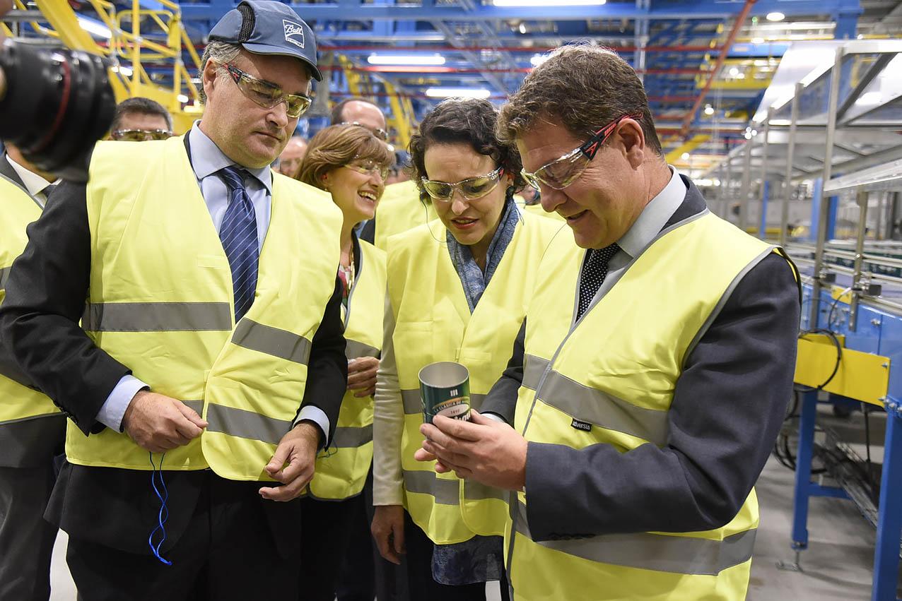 A la derecha, el presidente de Castilla-La Mancha, Emiliano García-Page; en el centro, la ministra de Trabajo, Migraciones y Seguridad Social, en una planta de reciclaje de metal de Cabanillas. estado