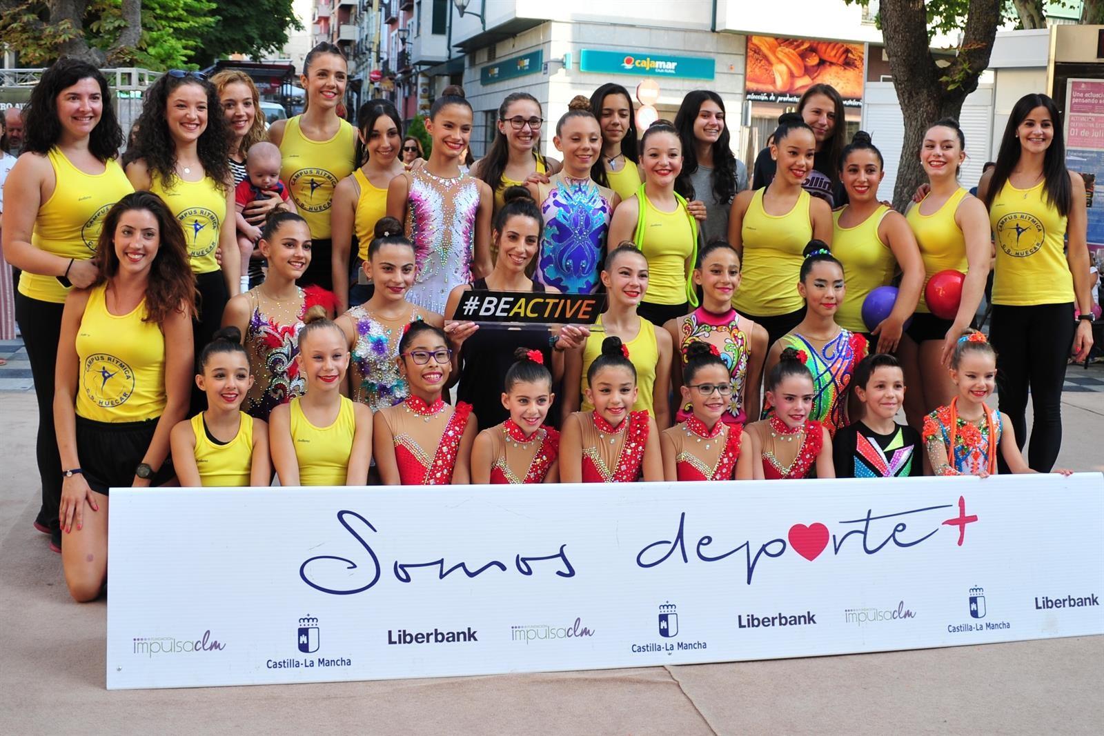 Almudena Cid entre gimnastas conquenses en un evento en Cuenca. semana europea del deporte