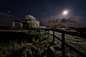 """""""La vía en el cielo en Santa María de Melque. Santa María bañada por la luz de la luna"""""""