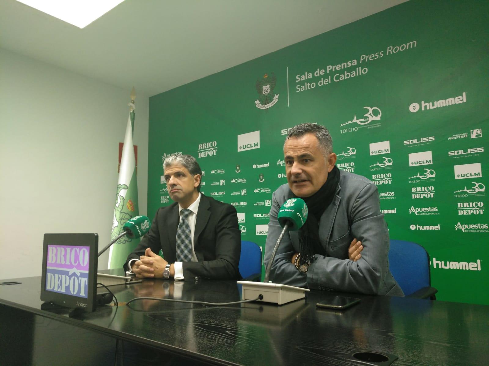 Manu Calleja junto con el presidente del CD Toledo, Juan Juárez.