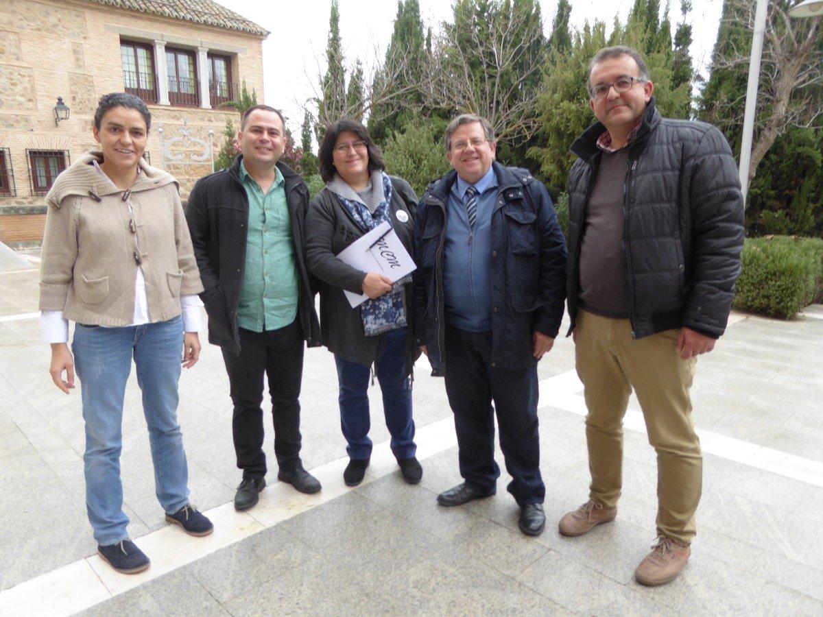 El diputado de Podemos David Llorente, junto a miembros de la Plataforma Sí a la Tierra Viva, en las Cortes de Castilla-La Mancha. tierras raras