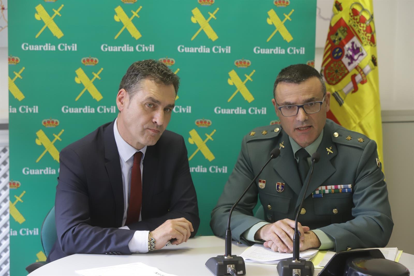 """guadalajara Agentes de la Guardia Civil informando sobre la operación """"Leprecon""""."""