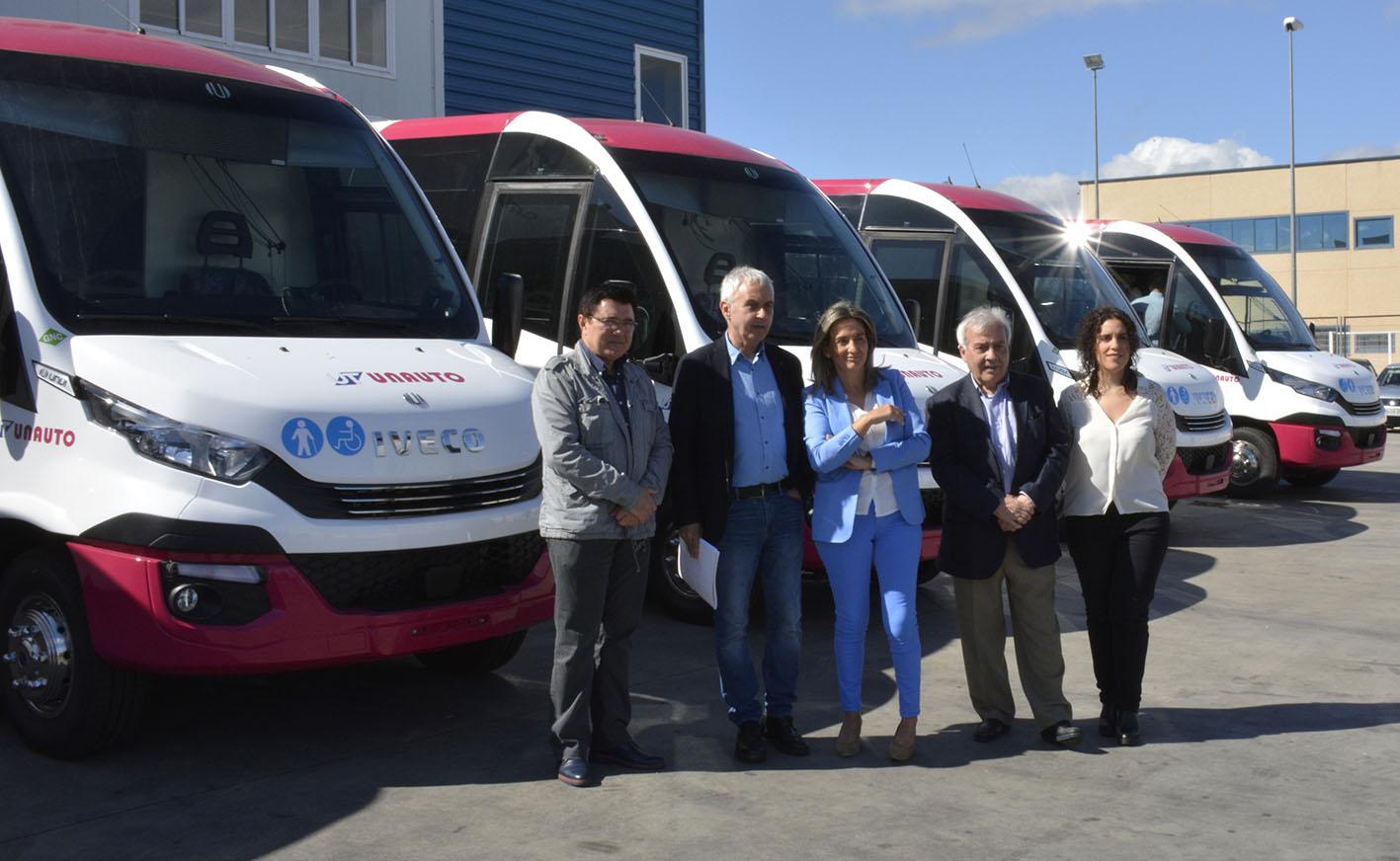 Tolón, en las instalaciones de Unauto en Toledo, junto a los nuevos microbuses.
