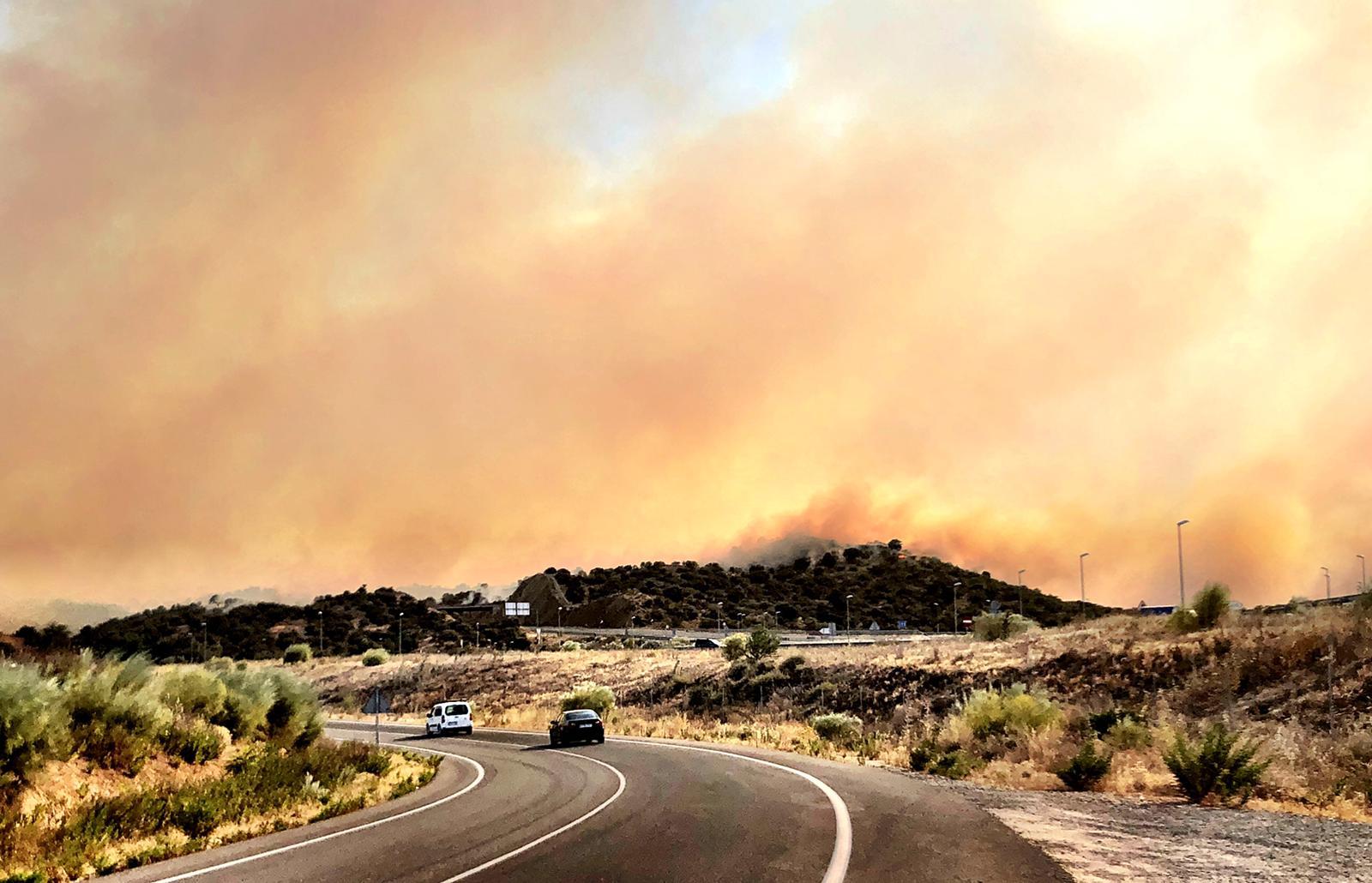 El incendio a cinco kilómetros ha cogido dimensiones considerables.