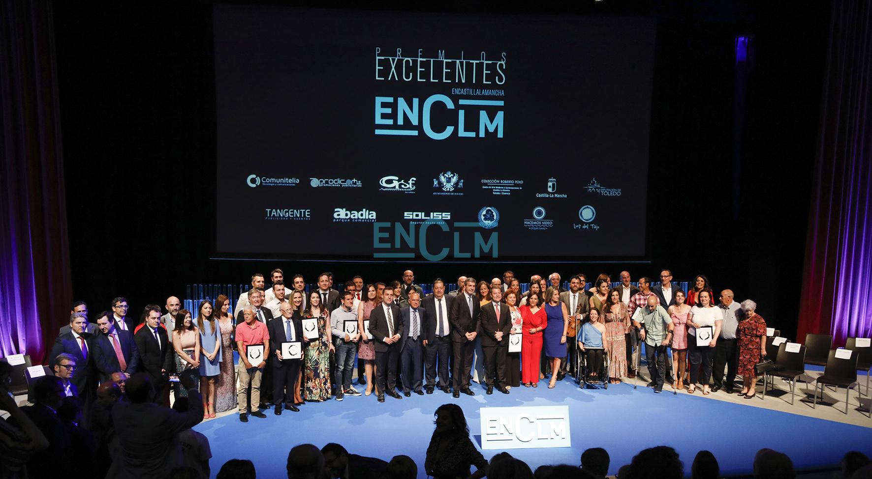 premios excelentes Foto de familia de premiados, patrocinadores, autoridades y equipo de ENCLM.