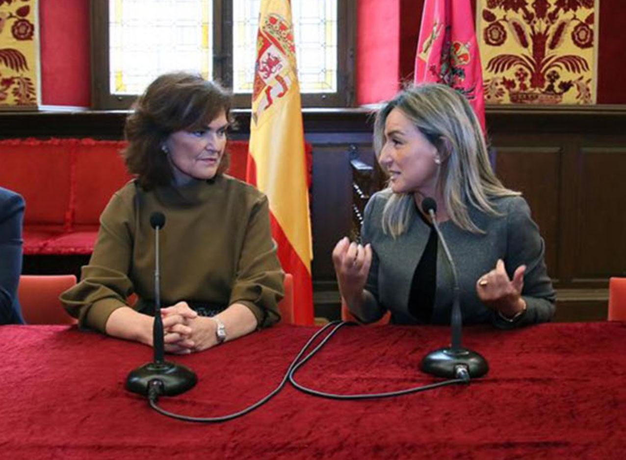 Carmen Calvo, vicepresidenta del Gobierno de España, junto a Milagros Tolón.