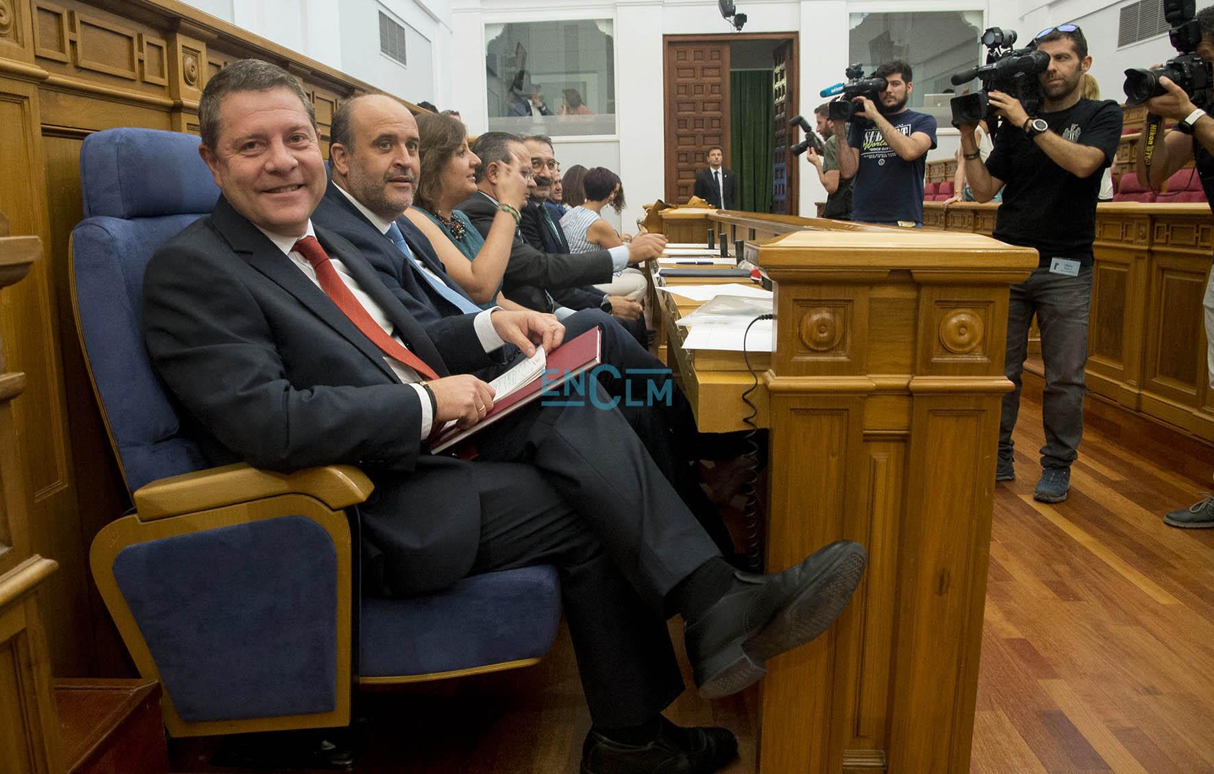En primer plano, el presidente de Castilla-La Mancha en funciones, Emiliano García-Page, durante su debate el investidura.