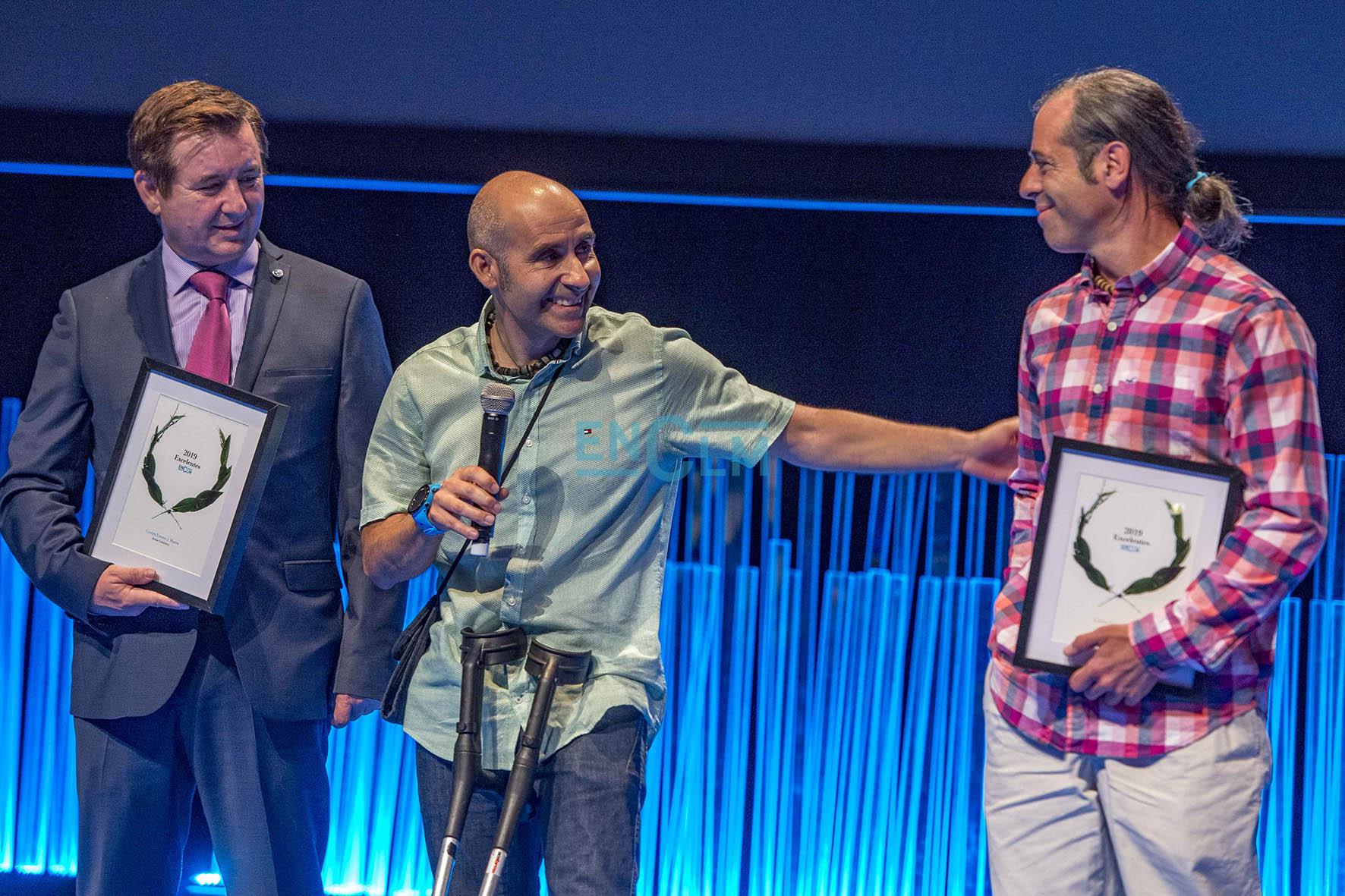 Jesús Gutiérrez y Pedro Cifuentes junto con Ángel Cantón, de Comunitelia, empresa patrocinadora del premio.