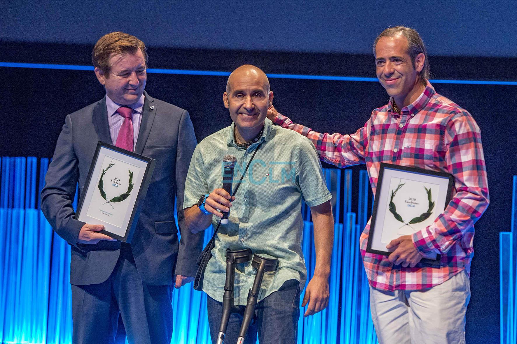 """Pedro Cifuentes (derecha) y Jesús Gutiérrez Rey, durante la Gala de los II Premios Excelentes"""" de encastillalamancha.es"""