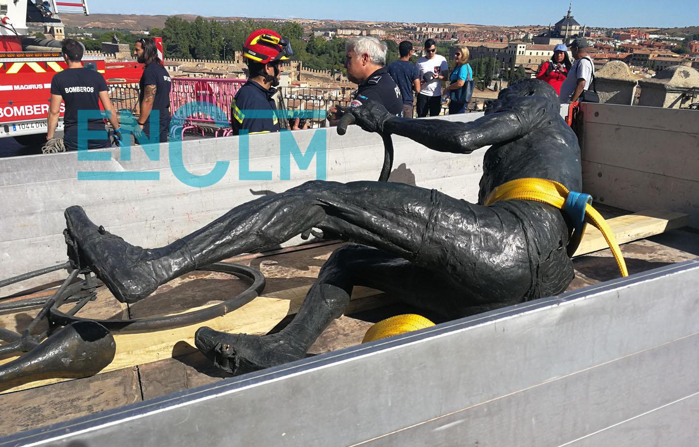 La estatua de Bahamontes, metida en un camión tras ser saboteada