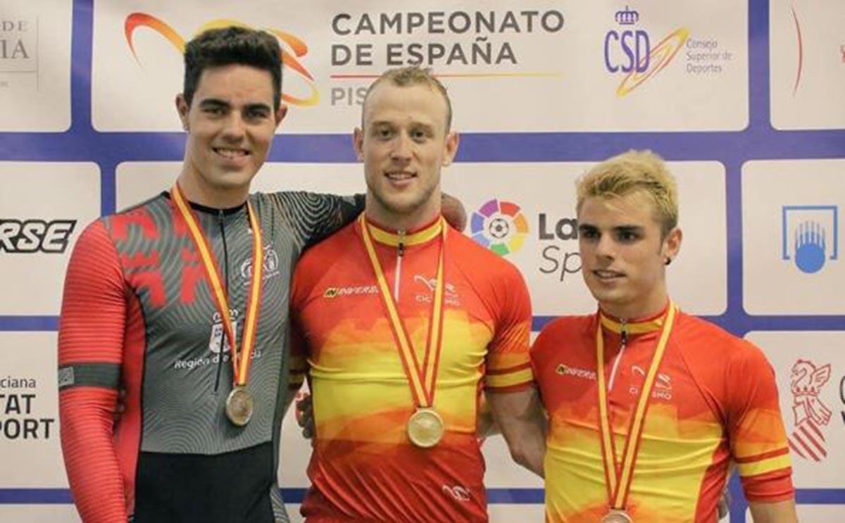 Pepe Moreno (centro), doble campeón de España de ciclismo en pista