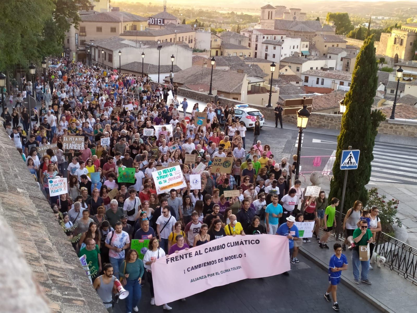 La manifestación en Toledo por la emergencia climática congregó a unas 1.000 personas.