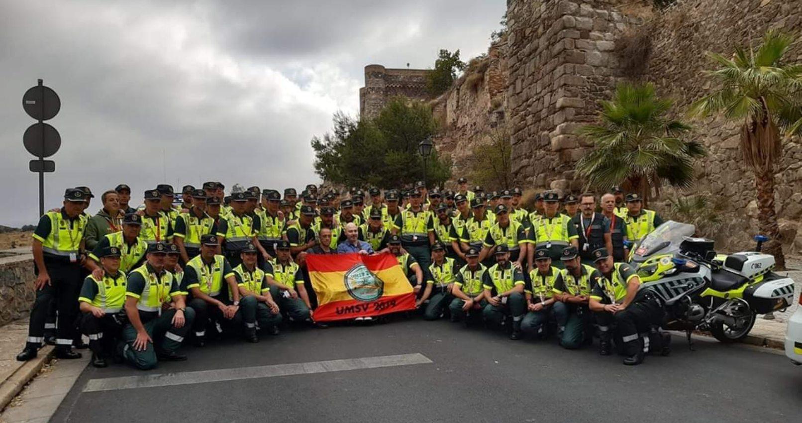 Homenaje a Román David de los guardia civiles de La Vuelta.