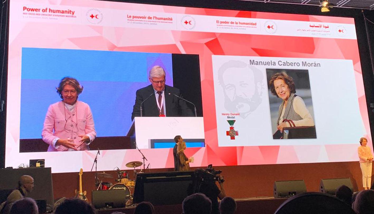 Manuela Cabero, en el momento de recibir la máxima distinción de la Cruz Roja y la Media Luna Roja.