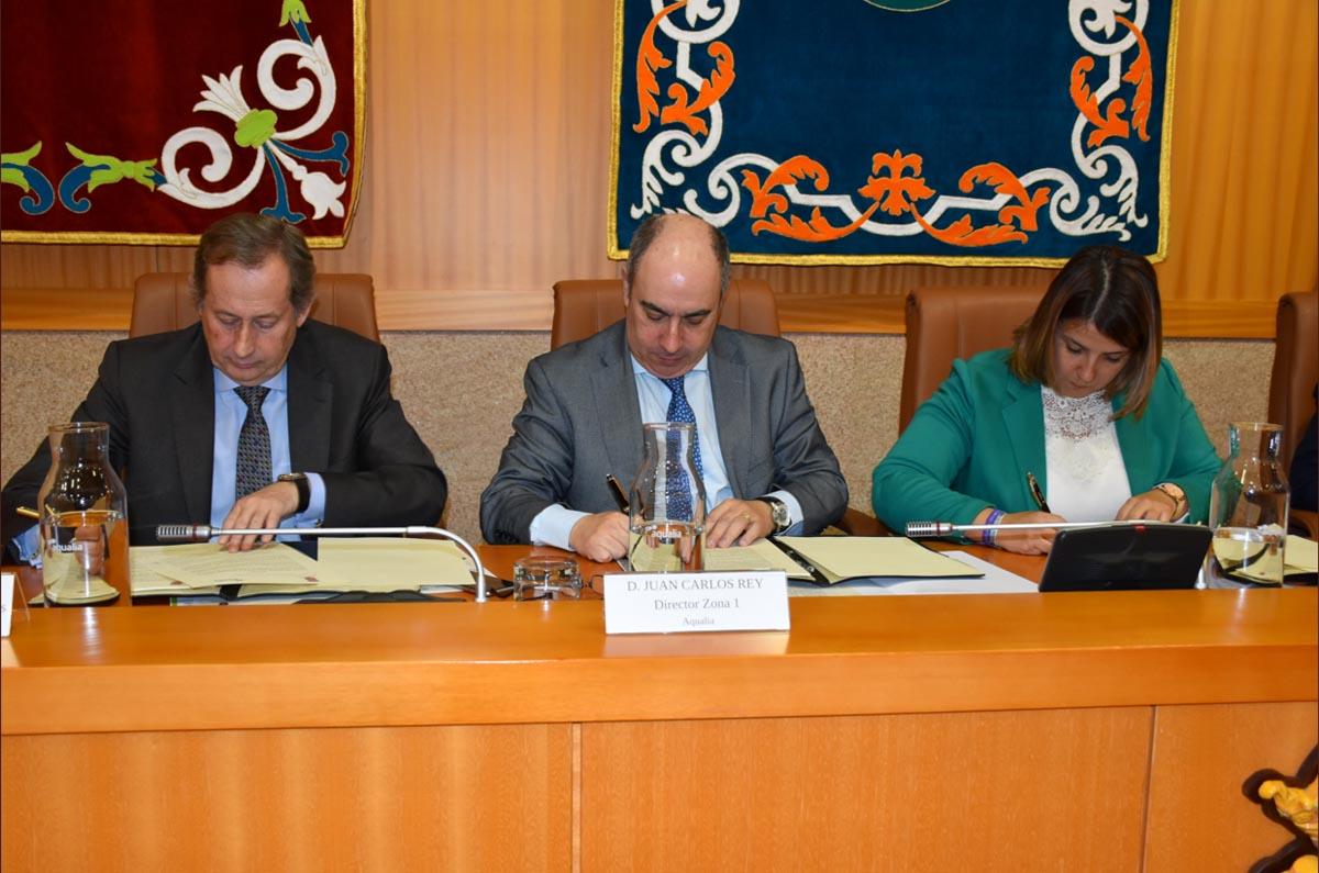 Firma del convenio para tratar las aguas residuales en Talavera