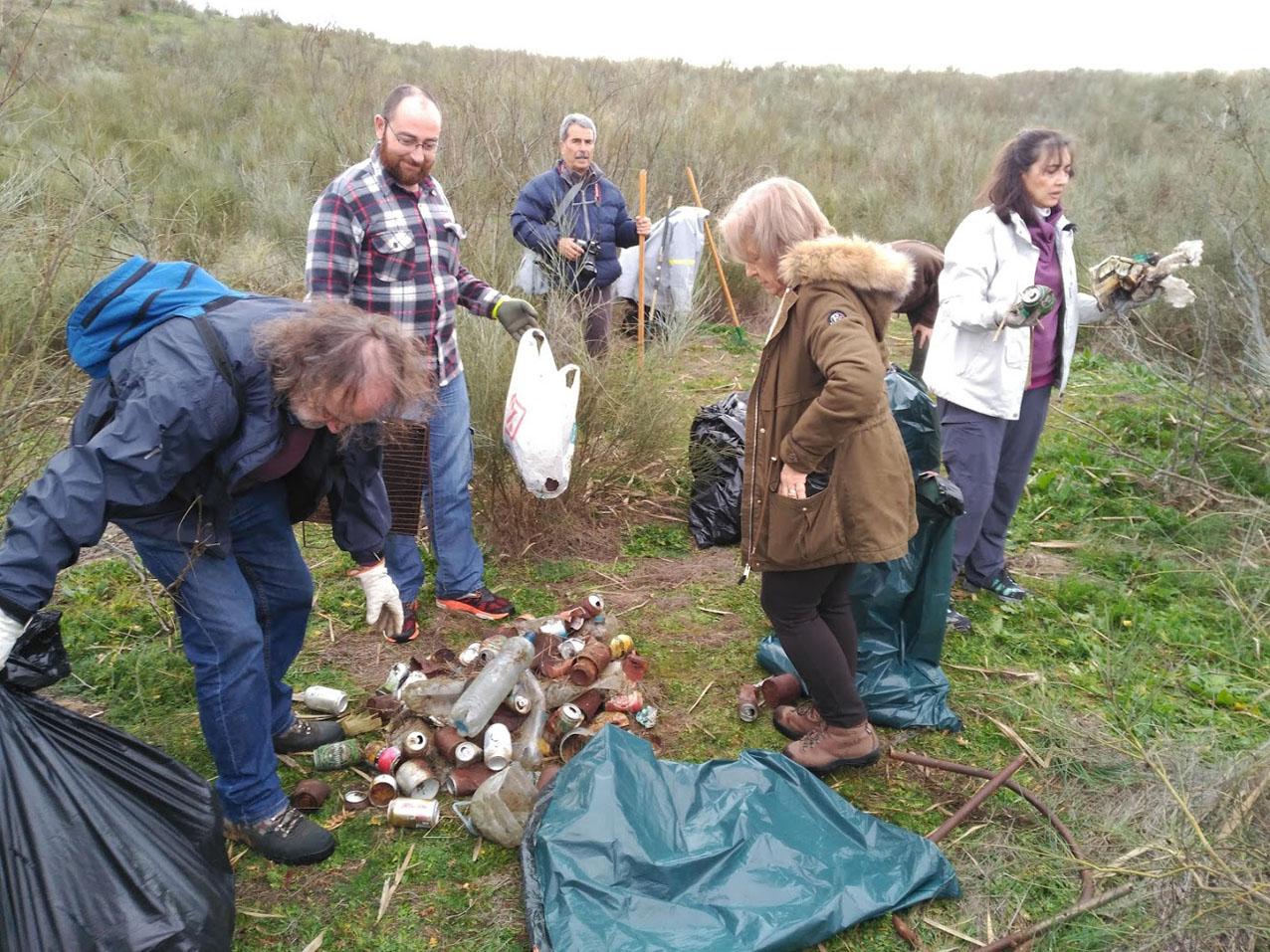 Algunos de los voluntarios, junto a parte de los residuos retirados.