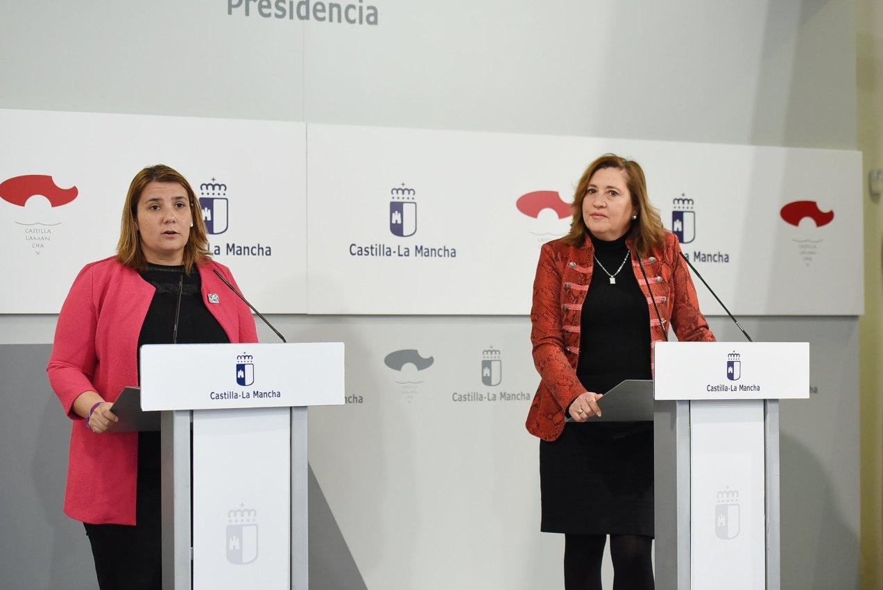 La presidenta de la FEMP CLM, Tita García, y la consejera de Educación, Cultura y Deportes, Rosana Rodríguez.