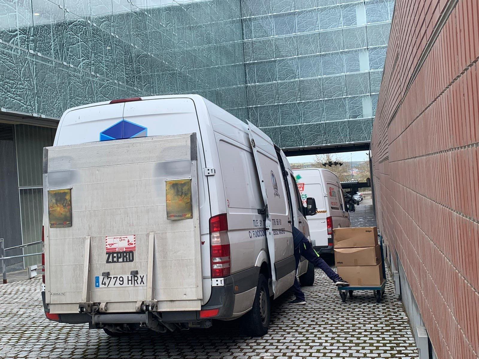 Imagen de la entrega del material sanitario en las dependencias del Sescam.