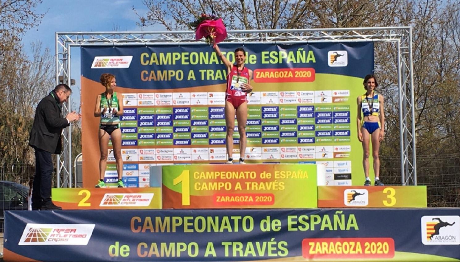Irene Sánchez-Escribano en lo alto del podio del Campeonato de España disputado en Zaragoza.