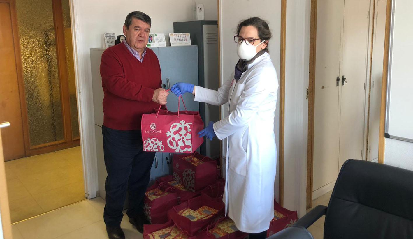 Ana de Mesa, de Santo Tomé, entrega a Juan Blas, gerente del Complejo Hospitalario de Toledo, parte de los dulces con destino a todo el personal sanitario de los centros del Sescam en la capital regional.